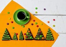 Días de fiesta de la Navidad y del Año Nuevo Una taza de café caliente con el jengibre Fotos de archivo libres de regalías
