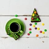 Días de fiesta de la Navidad y del Año Nuevo Una taza de café caliente con el jengibre Foto de archivo libre de regalías