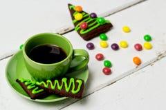 Días de fiesta de la Navidad y del Año Nuevo Una taza de café caliente con el jengibre Foto de archivo