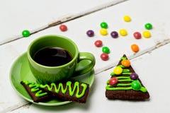 Días de fiesta de la Navidad y del Año Nuevo Una taza de café caliente con el jengibre Imagenes de archivo