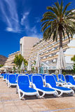 Días de fiesta de Sun en la piscina del hotel de Lago Taurito del paraíso Imagenes de archivo