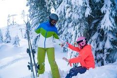 Días de fiesta del esquí de la familia en el invierno día de fiesta de la madre y de la hija en las montañas imagen de archivo