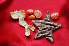Días de fiesta en Italia - estrella, mandarín y fondo del escarlata Fotos de archivo