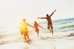 Días de fiesta felices de la playa del mar de los amigos Fotografía de archivo