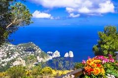 Días de fiesta italianos - isla de Capri fotos de archivo