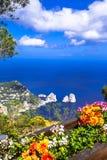 Días de fiesta italianos - la isla de Capri, visión con Faraglioni oscila imágenes de archivo libres de regalías