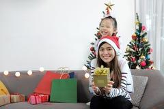 Días de fiesta de la Feliz Navidad y de la Feliz Año Nuevo Mamá y su DA linda Fotos de archivo