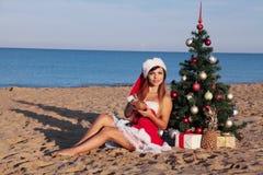 Días de fiesta de la Navidad en el mar en la playa con un cóctel Fotografía de archivo