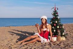 Días de fiesta de la Navidad en el mar en la playa con un cóctel Foto de archivo libre de regalías