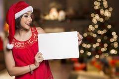 Días de fiesta, la Navidad Retrato de la mujer sonriente que lleva el sombrero de Papá Noel Fotografía de archivo libre de regalías