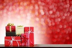 Días de fiesta de la Navidad y fondo de la Feliz Año Nuevo Cajas de regalo encendido Fotografía de archivo