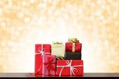 Días de fiesta de la Navidad y fondo de la Feliz Año Nuevo Cajas de regalo encendido Fotos de archivo libres de regalías