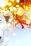 Días de fiesta luz y champán en la Navidad o nuevo Year& x27; s Eve Foto de archivo
