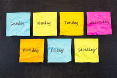 Días de notas pegajosas de la semana Imagenes de archivo