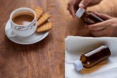 Días enfermos de la mañana con té y galletas foto de archivo
