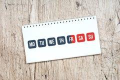Días grises y calendario rojo del fin de semana, concepto del trabajo del fin de semana imagen de archivo libre de regalías