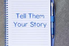 Dígales que su historia escribe en el cuaderno imagenes de archivo