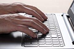 Dígito da mão do homem em um teclado de computador com espaço da cópia imagens de stock royalty free