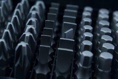 Dígitos binarios de la herramienta en una fila Imágenes de archivo libres de regalías