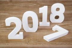 Dígitos brancos 2018 no fundo de madeira fotografia de stock royalty free