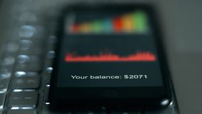 Dígitos del balance de cuentas en la pantalla del smartphone almacen de video