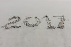 Dígitos do ano na areia imagens de stock