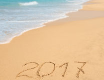 Dígitos 2017 na areia Foto de Stock