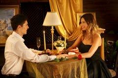 Dîner affectueux de couples dans le restaurant Image libre de droits