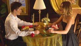 Dîner affectueux de couples dans le restaurant 4K clips vidéos