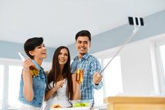 Dîner Amis ayant l'amusement, prenant Selfie Vacances Celebra Images libres de droits