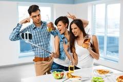 Dîner Amis ayant l'amusement, prenant Selfie Vacances Celebra Images stock
