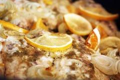 Dîner avec les poissons, l'oignon et l'orange marinés images stock