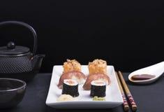 Dîner avec les sushi et la sauce de soja avec le fond noir Photos libres de droits