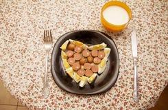 Dîner avec un bon nombre de l'amour, des oeufs et de hot dog avec du yaourt Photos libres de droits