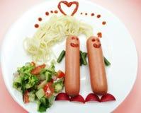 Dîner créatif de nourriture avec les pâtes et la saucisse Photographie stock