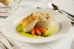 Dîner cuit au four de fruits de mer de poissons. Image libre de droits