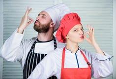 Dîner délicieux de famille La cuisson avec votre conjoint peut renforcer des relations Accouplez faire cuire le dîner Femme et ba photographie stock