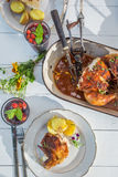 Dîner d'été avec des pommes de terre et poulet sur la table blanche Photos stock