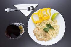 Dîner dans la vue de restaurant d'en haut plat du plat, verre de vin, serviette blanche sur la table noire plat des pâtes avec de photographie stock