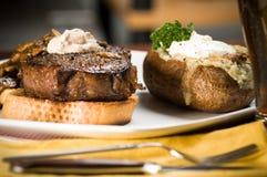 Dîner de bifteck et de pomme de terre Photos libres de droits