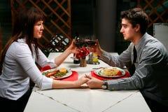 dîner de couples ayant Photos stock