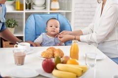 Dîner de jointure de famille de bébé garçon Image libre de droits