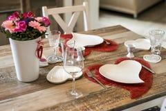 Dîner de jour de valentines plaçant l'amour romantique pour l'espace rouge de copie de forme de coeur de la table deux en bois Photo stock