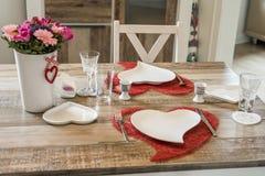 Dîner de jour de valentines plaçant l'amour romantique pour l'espace rouge de copie de forme de coeur de la table deux en bois Photographie stock libre de droits