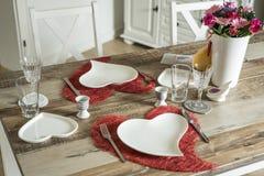 Dîner de jour de valentines plaçant l'amour romantique pour l'espace rouge de copie de forme de coeur de la table deux en bois Images libres de droits