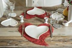 Dîner de jour de valentines plaçant l'amour romantique pour l'espace rouge de copie de forme de coeur de la table deux en bois Image stock