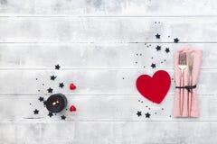 Dîner de jour de valentines avec le couvert de table Vue de ci-avant image stock
