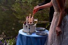 Dîner de mariage romantique, en parc par l'eau Un bon nombre de vert Tableau pour un dîner de mariage romantique, date Le parc pa Photographie stock libre de droits