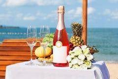 Dîner de mariage sur la plage. Image libre de droits