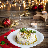 Dîner de Noël avec de la salade olivier photos stock